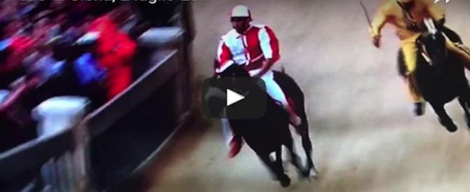 Cavalli ritirati e spallate in curva: la Giraffa vince il Palio di Siena più pazzo (video)