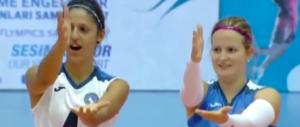 Commovente Inno di Mameli delle pallavoliste azzurre (video)