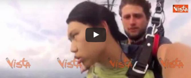 Panico in cielo: prova il paracadute per la prima volta ma sviene in volo (video)