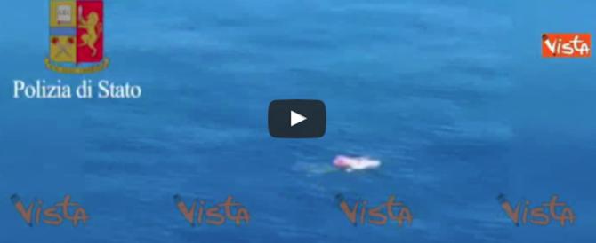Pescatori dispersi nel golfo di Napoli: il salvataggio miracoloso della polizia (video)