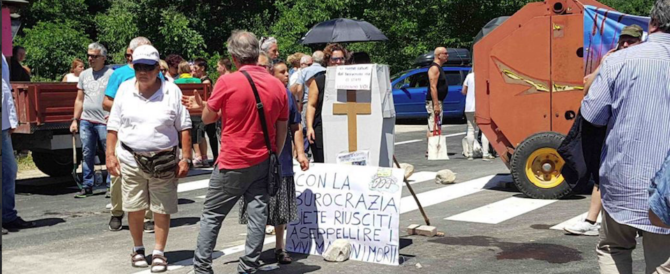 """Cittadini di Accumoli bloccano la Salaria: """"Basta macerie, governo assente"""""""