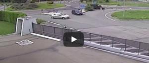 Motociclisti investiti in Val di Susa, il pullmino li ha travolti a tutta velocità (video)