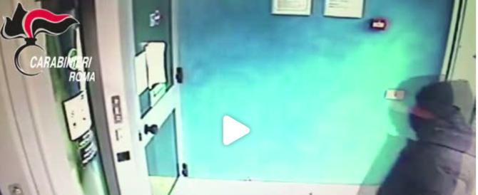 Paura in banca, rapinatore punta un taglierino alla gola di un cliente (VIDEO)
