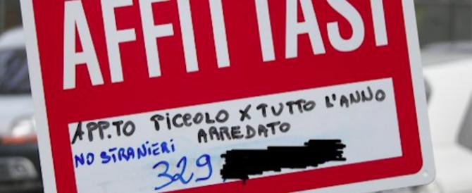 """""""Non si fitta agli stranieri"""". Polemica su un cartello a Torino. Ma un motivo c'è…"""