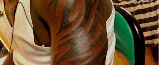Como, il tatuaggio non gli piace: nigeriani picchiano il tatuatore e lo derubano