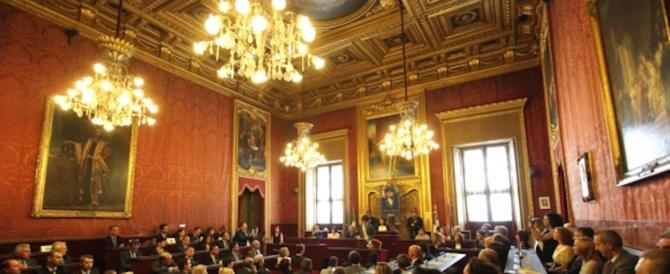 Torino, il Comune cade a pezzi: crolla il soffitto della Sala del consiglio