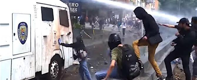 Venezuela, repressione sempre più feroce: un altro morto negli scontri