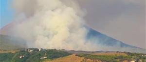Il Vesuvio brucia come per un'eruzione. Le drammatiche immagini dall'alto (video)
