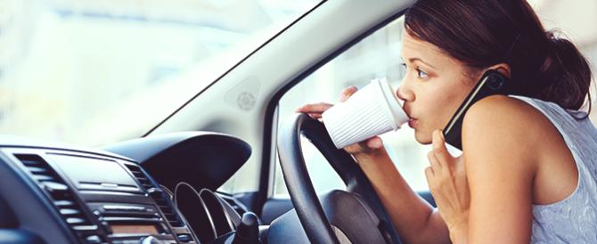 Cellulare al volante: sospensione della patente e multe paurose