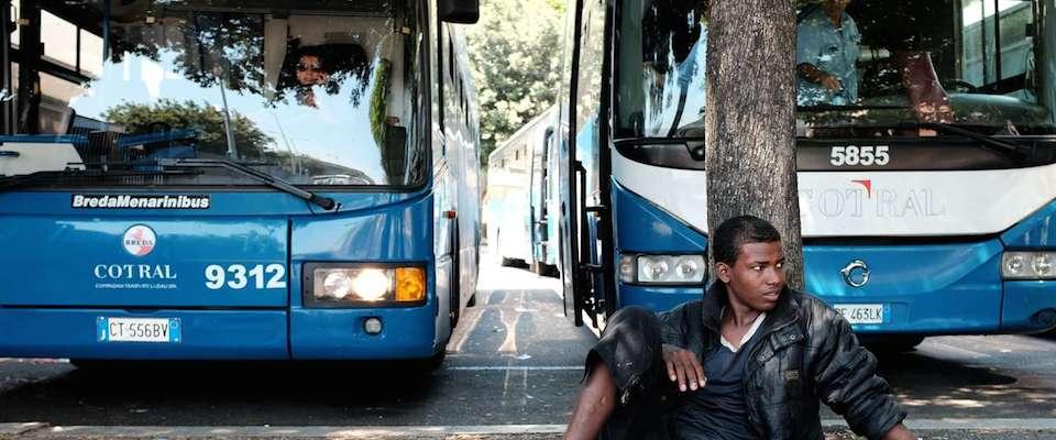Frosinone, 20 profughi sul bus senza biglietto: aggrediti i controllori Cotral