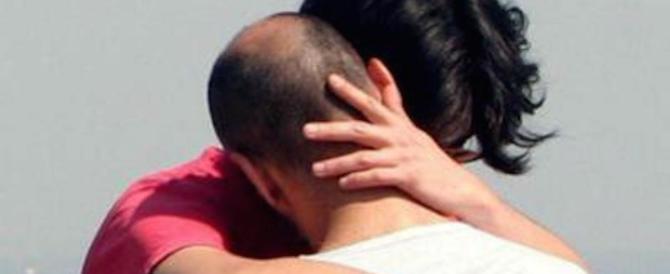 Coppia gay si bacia in spiaggia e interviene un cameriere: «Basta»