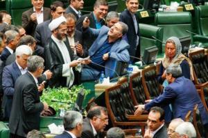 Un deputato iraniano si scatta un selfie con la Mogherini