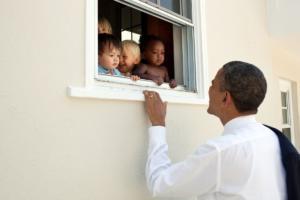 La foto di Obama per commentare gli incidenti con i suprematisti bianchi