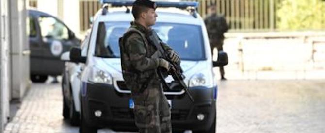 Attacco a Parigi, arrestato un uomo in autostrada dopo una sparatoria
