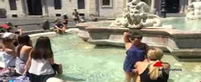 E piazza Navona diviene una piscina dove i turisti fanno il pediluvio (video)