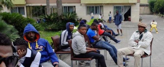 Sardegna, il centrodestra ha deciso: niente soldi agli hotel che ospitano migranti
