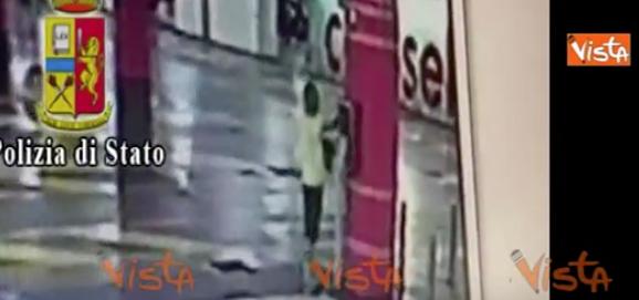 Identificato l'uomo che ha affisso un cartello di insulti contro un disabile a Carugate (video)