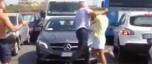 Torvaianica, botte da orbi in strada tra un autista Atac e un automobilista (video)