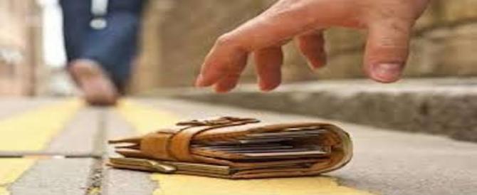 Trova un portafoglio con 2mila euro e lo restituisce al proprietario