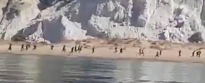 Agrigento, cento clandestini sbarcano in spiaggia e scappano (video)