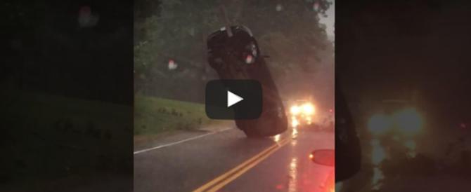 La tempesta solleva l'auto e la fa volare: illusione o realtà? (video)