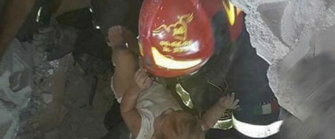 Così i vigili salvano il piccolo Pasquale, di sette mesi (video)