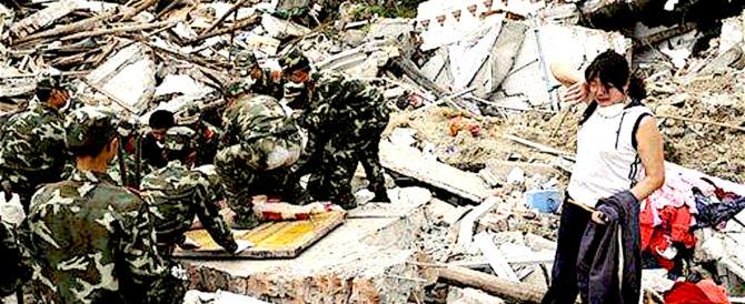 Terremoto in Cina, 13 morti e 100 turisti rimasti intrappolati da una frana (video)