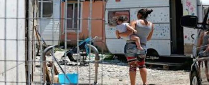 Napoli, nomade scippa un'anziana: i carabinieri la fermano, lei tenta la fuga