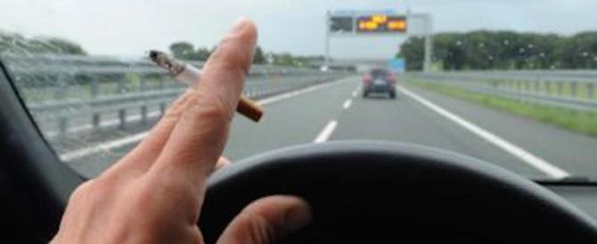 Fuma in auto con il figlio dodicenne: beccato, 110 euro di multa