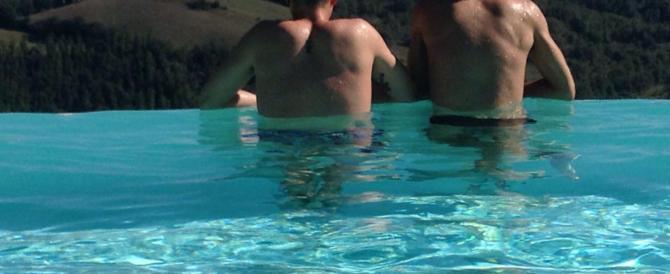 """Abbracci hot in piscina, bagnino blocca la coppia gay e viene """"processato"""""""