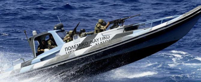 Lassù qualcuno ci ama: la Marina greca ferma clandestini diretti in Italia
