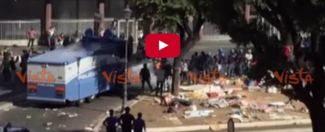 Roma, tensione a Termini. Migranti lanciano bombole di gas contro la polizia (video)