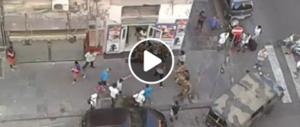 Napoli, immigrati boss e padroni: militari aggrediti per impedire i controlli (video)