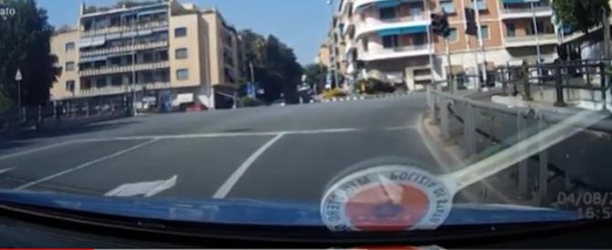Come in un film: inseguimento spettacolare di una Volante della Polizia (VIDEO)