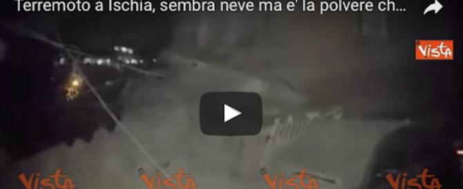 Terremoto a Ischia, sembra neve ma è la polvere delle macerie (video)