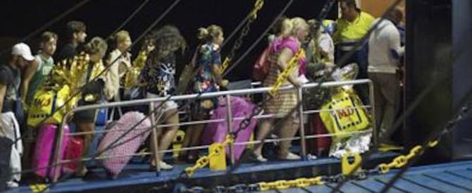 «I traghetti per lasciare Ischia erano a pagamento…». È bufera sul web