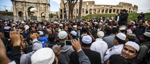 Musulmani in preghiera al Colosseo il 1 settembre. Manca il sì della Questura