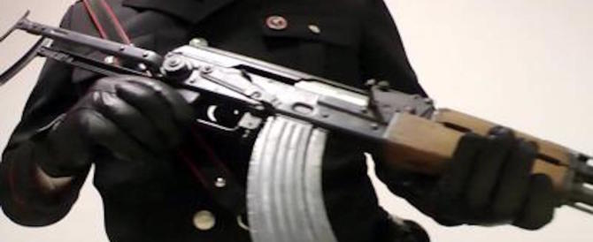 Napoli, bombe a mano e kalashnikov: i carabinieri sequestrano un arsenale da guerra