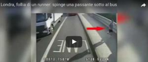 Londra, follia di un runner: spinge una donna sotto un bus (video)