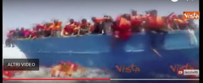 Migranti, ecco un vero salvataggio della Guardia costiera. Altro che Ong… (video)