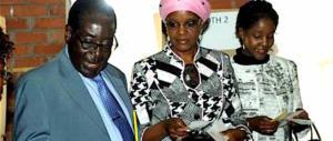 La moglie del dittatore Mugabe picchia una ragazza col filo elettrico