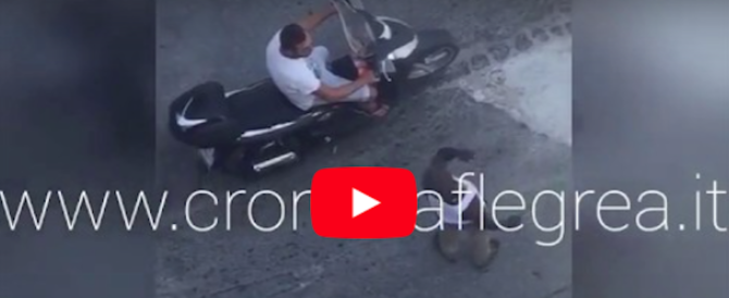 Napoli, paura in strada: immigrato minaccia i passanti con un coltello (video)