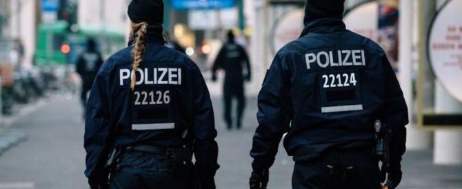"""Berlino, ferisce 5 agenti gridando """"Allah Akbar"""". Per le autorità ha problemi psichici"""