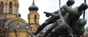 Varsavia sfida Mosca: abbatteremo i monumenti sovietici. L'ira del Cremlino