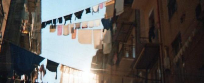 Dramma scampato, bimba precipita dal terzo piano: salva grazie ai fili del bucato