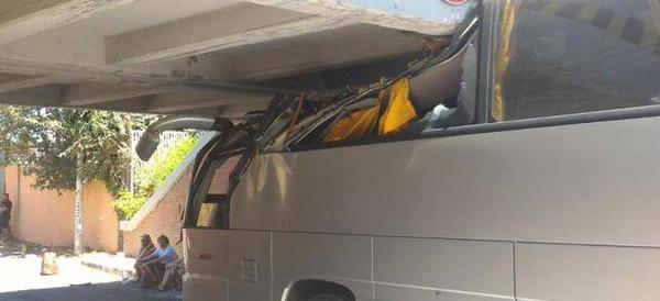 Pullman si incastra sotto un ponte a Roma: 18 feriti