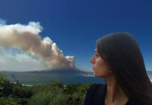Raggi davanti a un vulcano in eruzione