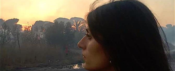 Selfie della Raggi davanti all'incendio della pineta. Meloni: e chi è, Nerone?