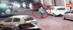 Lo scippatore si apposta poi strappa la borsa alla vecchietta e scappa (video)