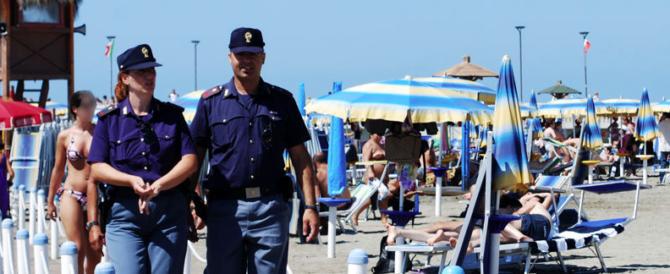 Troppe foto alle bambine della spiaggia: tunisino rischia il linciaggio
